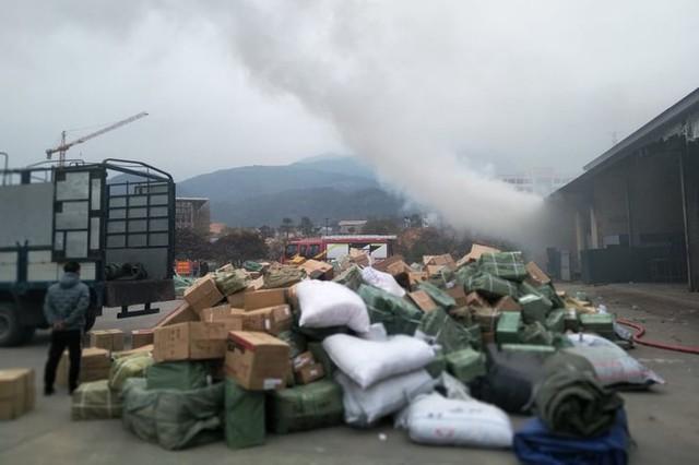 Cháy kho hàng hoá ở cửa khẩu Bắc Phong Sinh, gần chục tấn hàng hoá bị thiêu rụi - Ảnh 3.