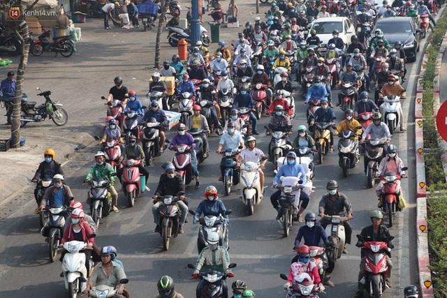 Chùm ảnh: Bụi mờ mù mịt bủa vây Sài Gòn, báo động ô nhiễm không khí trong những ngày cuối năm - Ảnh 21.