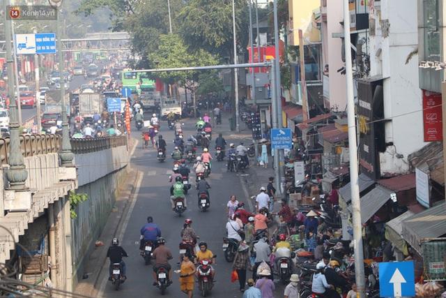 Chùm ảnh: Bụi mờ mù mịt bủa vây Sài Gòn, báo động ô nhiễm không khí trong những ngày cuối năm - Ảnh 22.