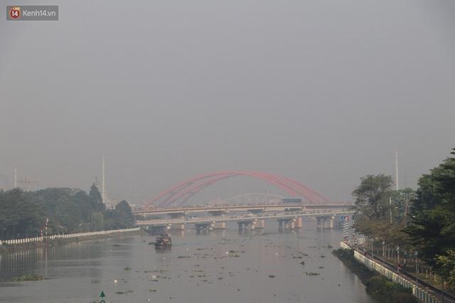 Chùm ảnh: Bụi mờ mù mịt bủa vây Sài Gòn, báo động ô nhiễm không khí trong những ngày cuối năm - Ảnh 5.