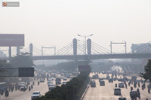 Chùm ảnh: Bụi mờ mù mịt bủa vây Sài Gòn, báo động ô nhiễm không khí trong những ngày cuối năm - Ảnh 6.