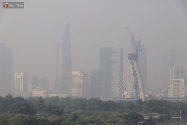 Chùm ảnh: Bụi mờ mù mịt bủa vây Sài Gòn, báo động ô nhiễm không khí trong những ngày cuối năm - Ảnh 8.