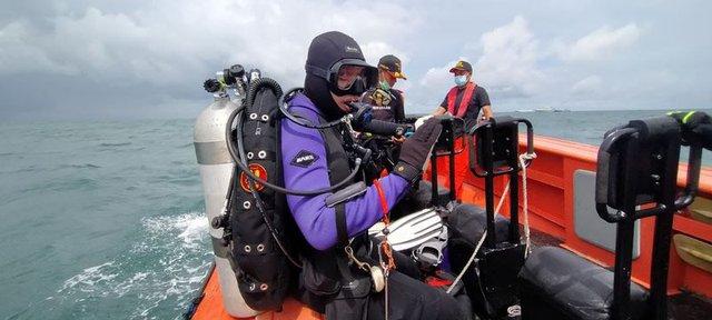 Tiết lộ đáng sợ của thợ lặn tìm kiếm xác máy bay Indonesia: Phi cơ nát vụn, chỉ thấy những mảnh thi thể nạn nhân - Ảnh 1.