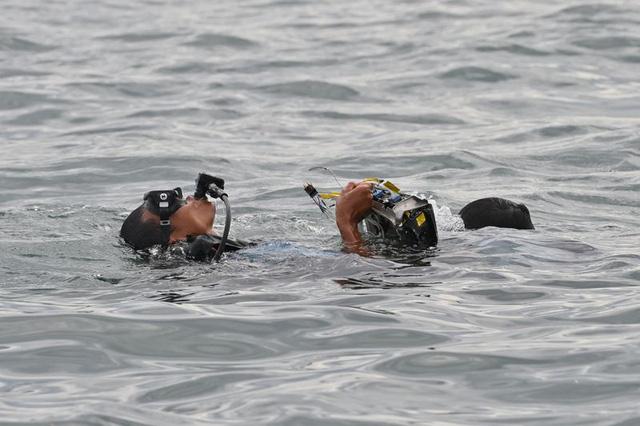 Tiết lộ đáng sợ của thợ lặn tìm kiếm xác máy bay Indonesia: Phi cơ nát vụn, chỉ thấy những mảnh thi thể nạn nhân - Ảnh 3.