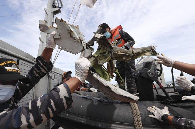 Tiết lộ đáng sợ của thợ lặn tìm kiếm xác máy bay Indonesia: Phi cơ nát vụn, chỉ thấy những mảnh thi thể nạn nhân - Ảnh 2.