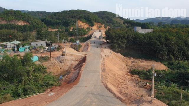 ĐIỀU TRA: Ngang nhiên lập chốt thu tiền xe qua cầu đang xây dựng - Ảnh 3.
