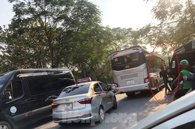 Tận thấy bến cóc, xe dù náo loạn đường phố Hà Nội - Ảnh 1.