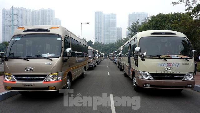 Cục CSGT kiểm định, gắn biển tạm thời cho hơn 100 xe phục vụ Đại hội XIII - Ảnh 1.