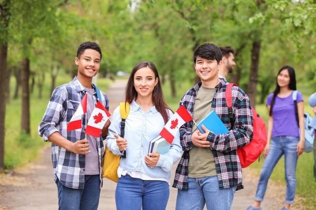 Người Việt làm việc 20 năm tại trường ĐH số 1 Canada tiết lộ thời điểm vàng để nộp đơn du học và 2 lưu ý quan trọng để khỏi dính quả lừa - Ảnh 1.