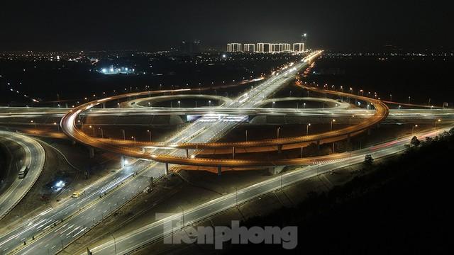 Mãn nhãn với cầu vượt trăm tỷ ở Thủ đô lung linh trong đêm  - Ảnh 1.