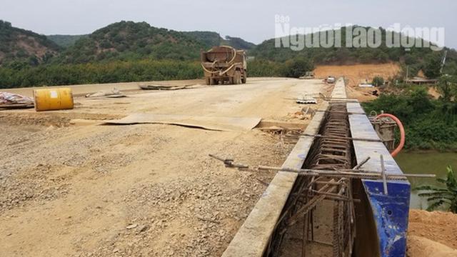 ĐIỀU TRA: Ngang nhiên lập chốt thu tiền xe qua cầu đang xây dựng - Ảnh 12.