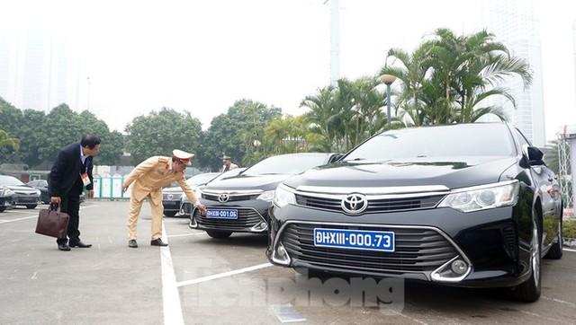 Cục CSGT kiểm định, gắn biển tạm thời cho hơn 100 xe phục vụ Đại hội XIII - Ảnh 13.