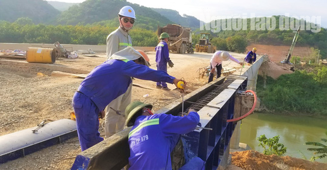 ĐIỀU TRA: Ngang nhiên lập chốt thu tiền xe qua cầu đang xây dựng - Ảnh 5.