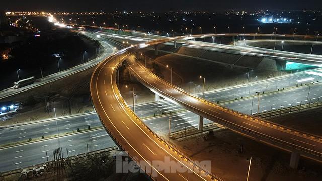 Mãn nhãn với cầu vượt trăm tỷ ở Thủ đô lung linh trong đêm  - Ảnh 4.