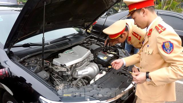 Cục CSGT kiểm định, gắn biển tạm thời cho hơn 100 xe phục vụ Đại hội XIII - Ảnh 5.
