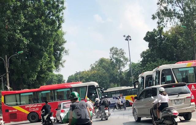 Tận thấy bến cóc, xe dù náo loạn đường phố Hà Nội - Ảnh 8.