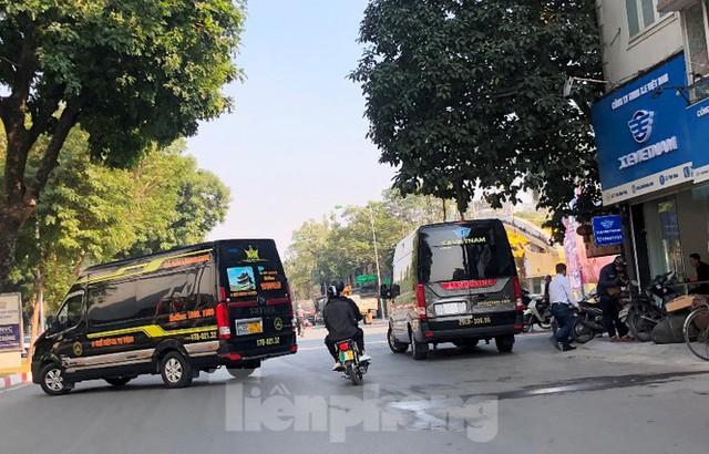 Tận thấy bến cóc, xe dù náo loạn đường phố Hà Nội - Ảnh 9.