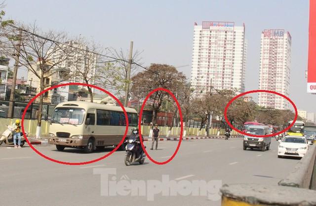 Tận thấy bến cóc, xe dù náo loạn đường phố Hà Nội - Ảnh 10.
