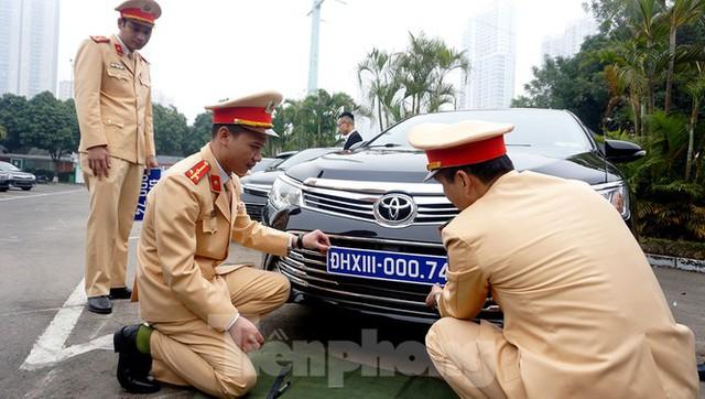 Cục CSGT kiểm định, gắn biển tạm thời cho hơn 100 xe phục vụ Đại hội XIII - Ảnh 10.