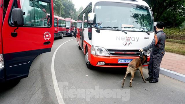 Cảnh khuyển tham gia rà soát xe phục vụ Đại hội XIII - Ảnh 2.