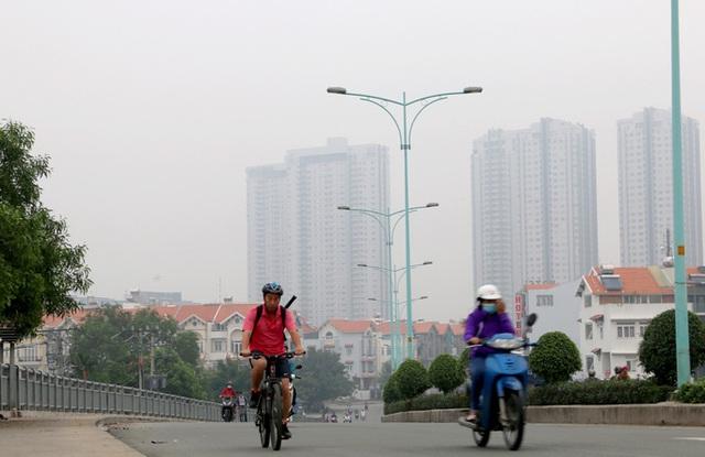 Nhiều tòa nhà cao tầng ở TP HCM biến mất trong màn sương - Ảnh 1.