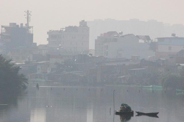 Nhiều tòa nhà cao tầng ở TP HCM biến mất trong màn sương - Ảnh 2.