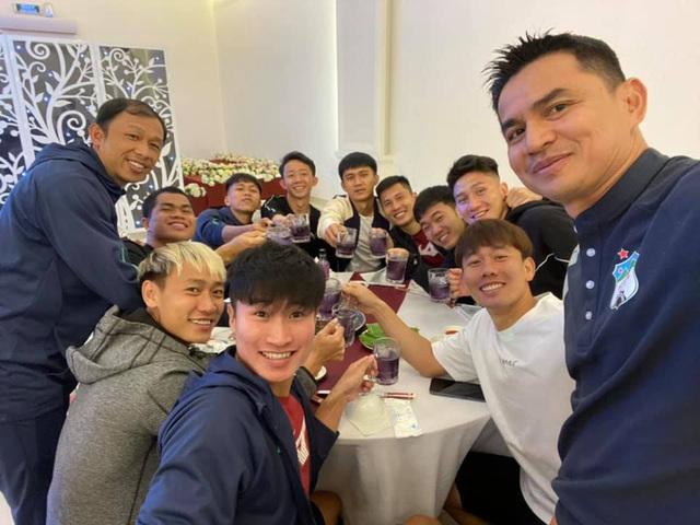 Kiatisuk thắng, bầu Đức cười và tấm thẻ đỏ may mắn từ trung vệ U22 Việt Nam - Ảnh 1.