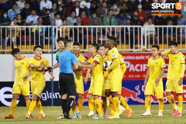 Kiatisuk thắng, bầu Đức cười và tấm thẻ đỏ may mắn từ trung vệ U22 Việt Nam - Ảnh 2.