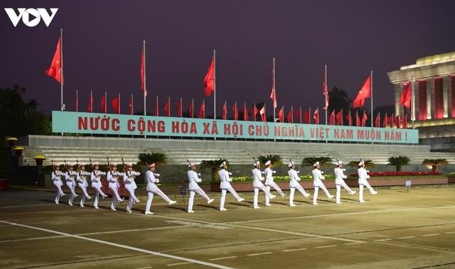 Lãnh đạo Đảng, Nhà nước và các đại biểu dự Đại hội XIII vào Lăng viếng Bác - Ảnh 1.