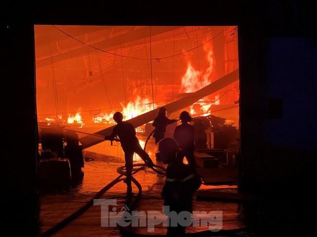 Công nhân bật khóc khi công ty gỗ rộng 5.000m2 bị lửa nhấn chìm - Ảnh 1.