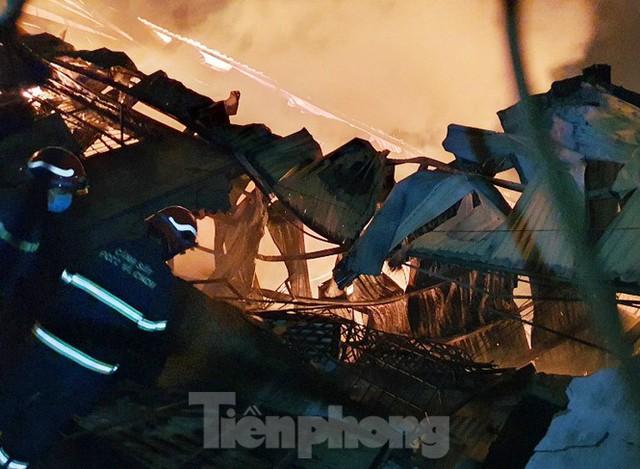 Công nhân bật khóc khi công ty gỗ rộng 5.000m2 bị lửa nhấn chìm - Ảnh 2.