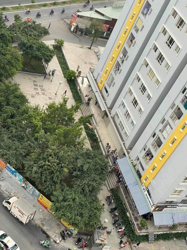 NÓNG: Chi Cục Trưởng Thi hành án Dân sự Bình Tân rơi lầu ở chung cư Carina  - Ảnh 2.