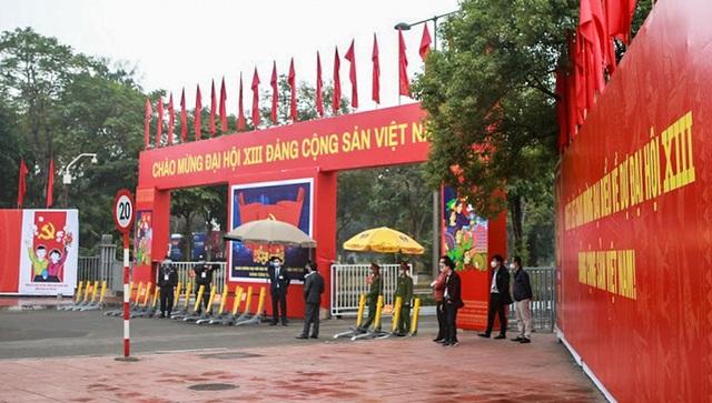 Cận cảnh công tác bảo đảm an ninh thắt chặt trong ngày đầu tiên diễn ra Đại hội XIII - Ảnh 2.