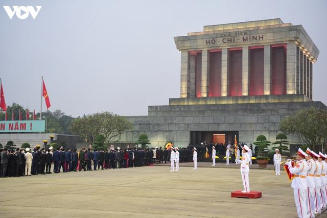 Lãnh đạo Đảng, Nhà nước và các đại biểu dự Đại hội XIII vào Lăng viếng Bác - Ảnh 11.
