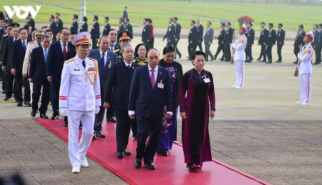 Lãnh đạo Đảng, Nhà nước và các đại biểu dự Đại hội XIII vào Lăng viếng Bác - Ảnh 3.