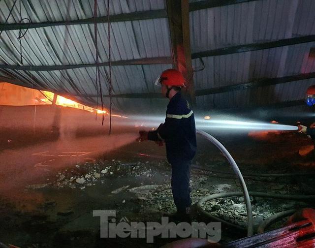 Công nhân bật khóc khi công ty gỗ rộng 5.000m2 bị lửa nhấn chìm - Ảnh 3.