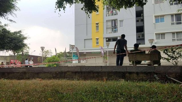 NÓNG: Chi Cục Trưởng Thi hành án Dân sự Bình Tân rơi lầu ở chung cư Carina  - Ảnh 3.