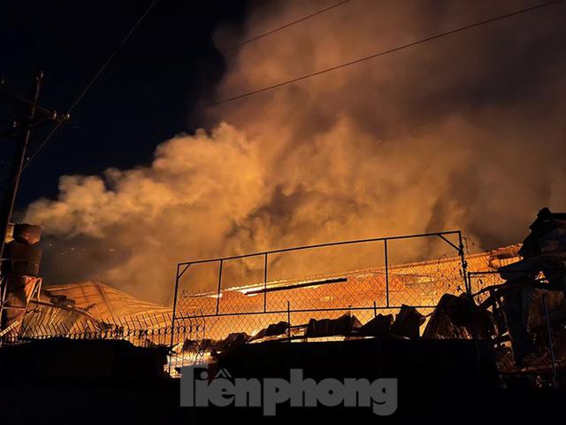 Công nhân bật khóc khi công ty gỗ rộng 5.000m2 bị lửa nhấn chìm - Ảnh 4.