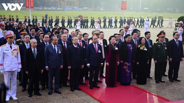Lãnh đạo Đảng, Nhà nước và các đại biểu dự Đại hội XIII vào Lăng viếng Bác - Ảnh 5.