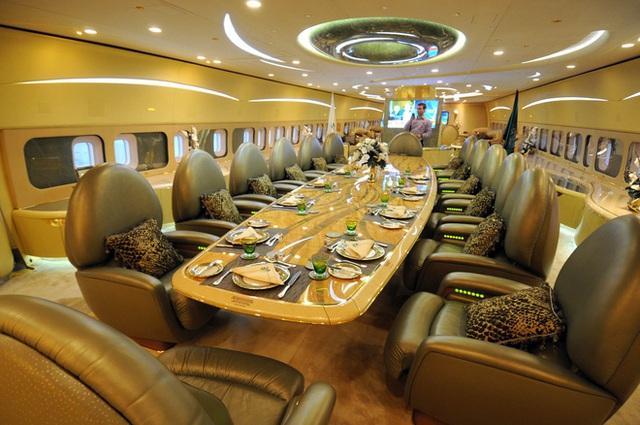Choáng toàn tập với độ giàu có và cách tiêu tiền của những Hoàng gia giàu nhất thế giới: Hóa ra sở hữu siêu xe, du thuyền mới chỉ là mức cơ bản - Ảnh 5.