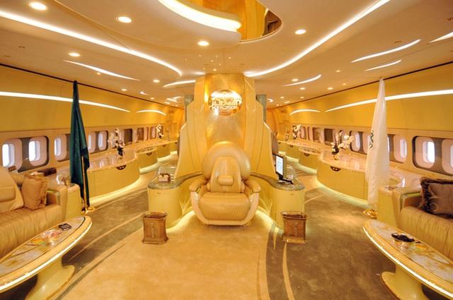 Choáng toàn tập với độ giàu có và cách tiêu tiền của những Hoàng gia giàu nhất thế giới: Hóa ra sở hữu siêu xe, du thuyền mới chỉ là mức cơ bản - Ảnh 6.