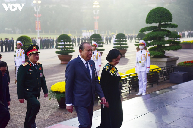 Lãnh đạo Đảng, Nhà nước và các đại biểu dự Đại hội XIII vào Lăng viếng Bác - Ảnh 8.