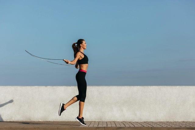 Nhảy dây và chạy bộ – cách tập luyện nào tốt hơn cho sức khỏe: Khi lựa chọn, bạn cần đặc biệt lưu ý điều này - Ảnh 1.