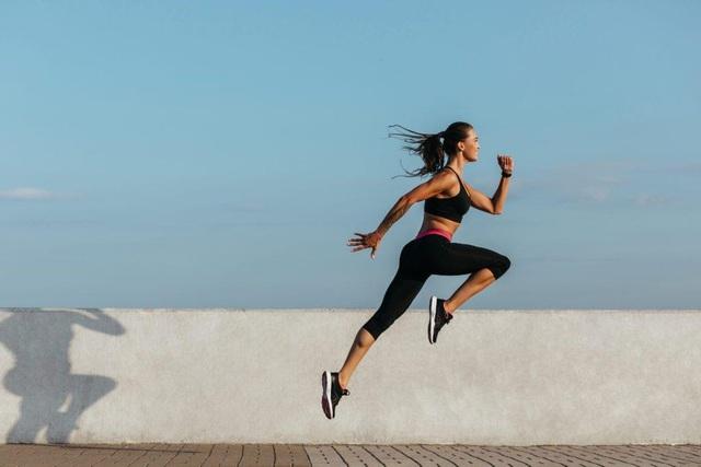 Nhảy dây và chạy bộ – cách tập luyện nào tốt hơn cho sức khỏe: Khi lựa chọn, bạn cần đặc biệt lưu ý điều này - Ảnh 2.