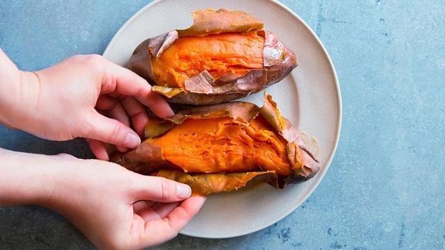 Khoai lang tím và khoai lang vàng cái nào tốt hơn? Sức mạnh tuyệt vời của dưỡng chất tạo nên màu khoai lang - Ảnh 2.