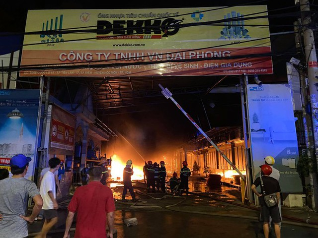 TPHCM: Cháy nổ kinh hoàng tại kho chứa vải khiến cả khu dân cư phải sơ tán - Ảnh 1.