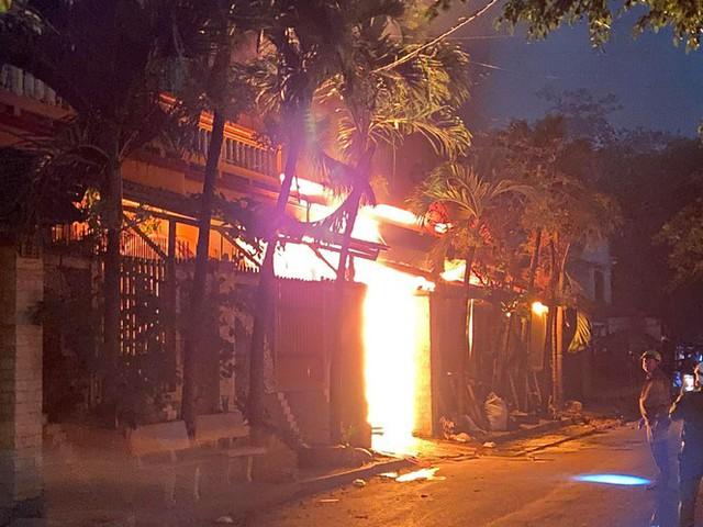 TPHCM: Cháy nổ kinh hoàng tại kho chứa vải khiến cả khu dân cư phải sơ tán - Ảnh 2.