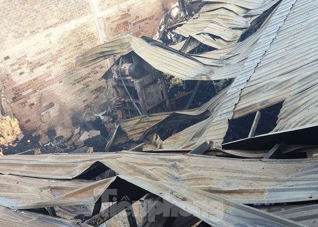 Hiện trường vụ cháy kinh hoàng nhà kho ở TPHCM - Ảnh 1.