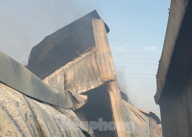 Hiện trường vụ cháy kinh hoàng nhà kho ở TPHCM - Ảnh 2.
