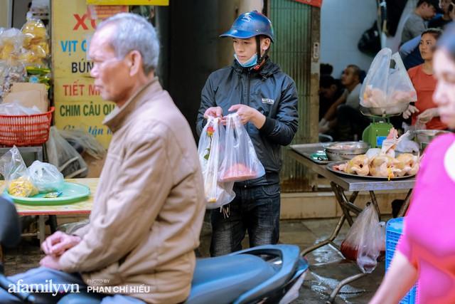 Đến chợ nhà giàu dịp cận Tết, choáng với con gà giá NỬA TRIỆU nhưng chị em vẫn quyết săn cho bằng được vì đạt cái chuẩn gọi là gà đẹp - Ảnh 11.